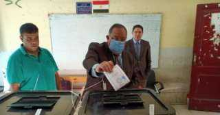 رئيس جامعة حلوان يدلى بصوته فى انتخابات النواب بمقر لجنته بالعجوزة